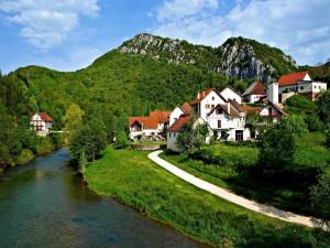 Postal: Bonito pueblo junto a un río