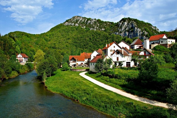 Bonito pueblo junto a un río