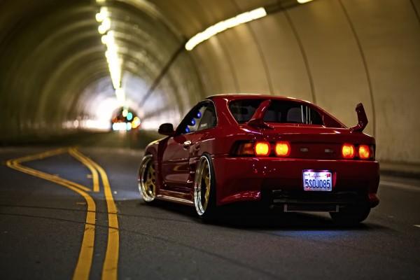 Coche rojo detenido en un túnel