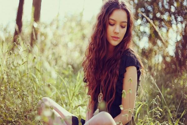 Chica sentada en el campo