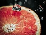 Gotas de agua sobre una rodaja de naranja