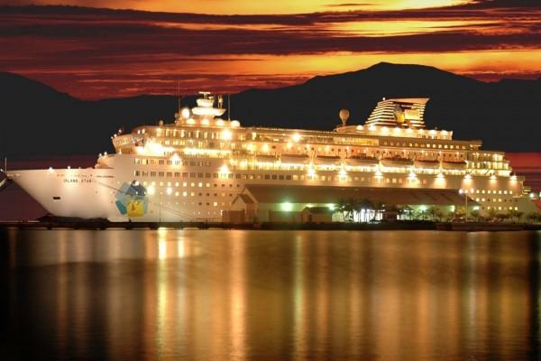 Crucero Island Star iluminado