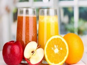 Apetitosos jugos de naranja y manzana