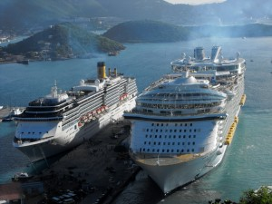 Postal: Grandes embarcaciones amarradas en el muelle