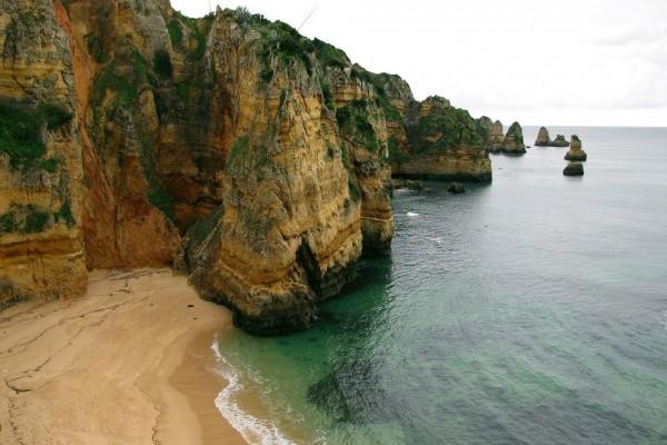 Playa escondida entre las rocas