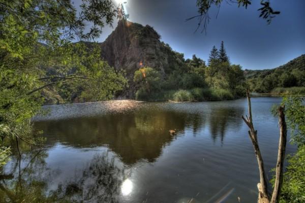 El sol se refleja en el río