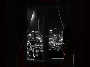 Mirando por la ventana en plena noche