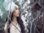 Muchacha hermosa en el bosque