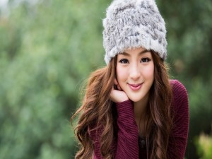 Chica con un sombrero de piel