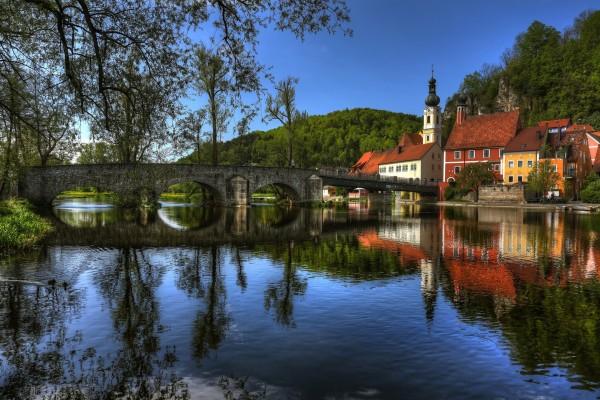 Puente de piedra hacia un bonito pueblo