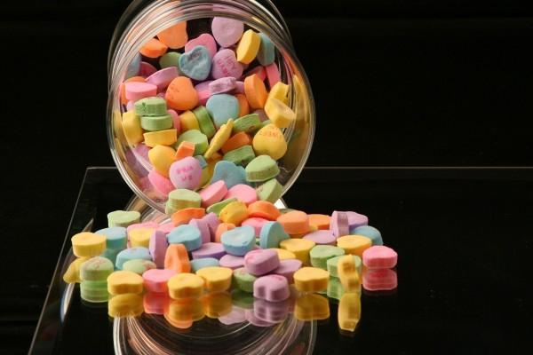 Caramelos de colores con forma de corazón