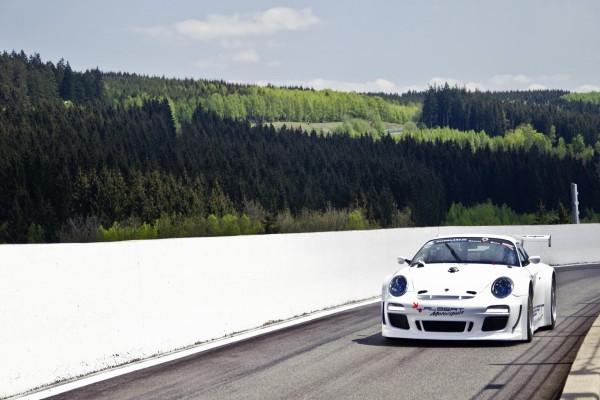 Un Porsche en una pista de carreras