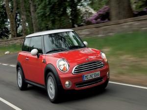 Postal: Mini Cooper rojo en la carretera