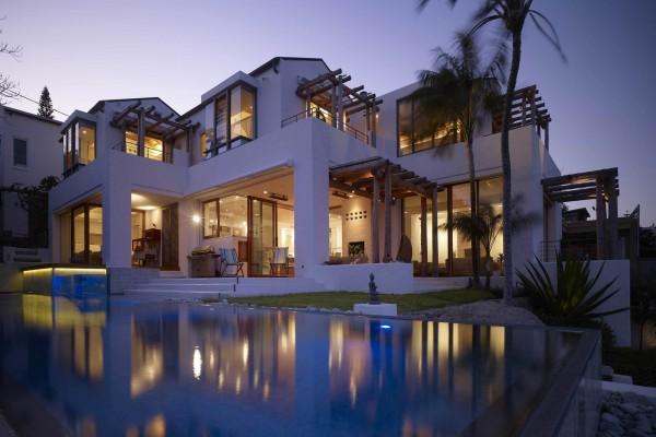 Increíble mansión iluminada con piscina