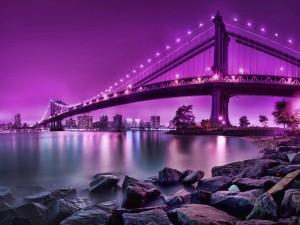 Postal: Cielo púrpura sobre un gran puente iluminado