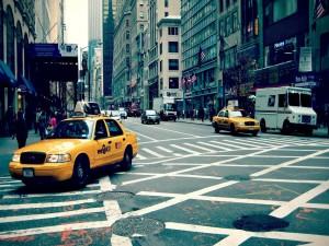 Postal: Coches transitando por una calle de Nueva York