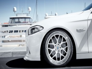 Postal: Rueda delantera de un coche blanco