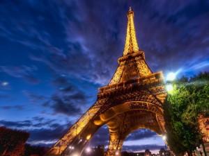 La Torre Eiffel iluminada al amanecer