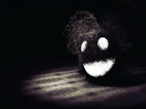 Postal: Bola de pelo negra sonriendo
