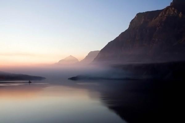 Bruma entre el agua y las montañas