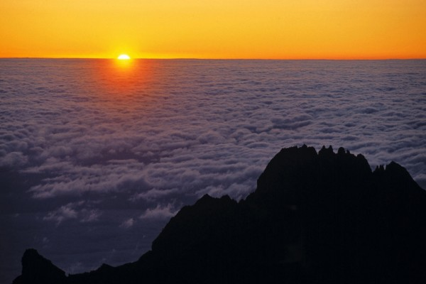 El sol asomando entre un mar de nubes