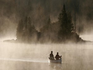 Barca entre la niebla del lago