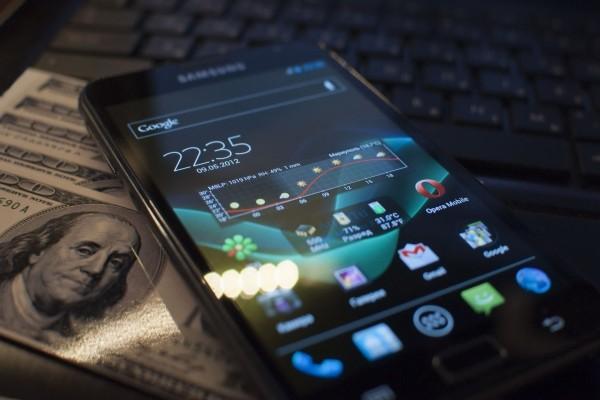Móvil con sistema Android sobre billetes de cien dólares