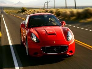 Conduciendo un Ferrari por una carretera desértica