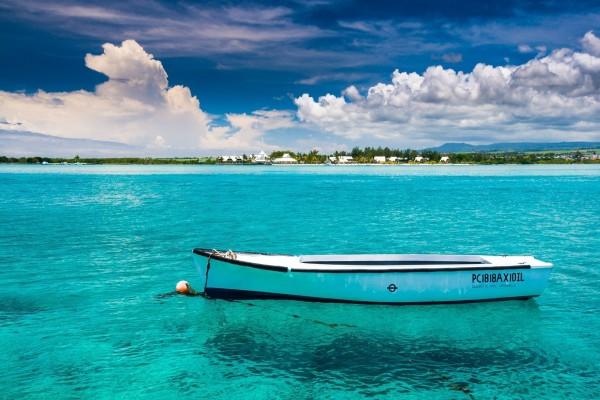 Barca sobre un mar azul