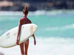 Mujer con su tabla de surf