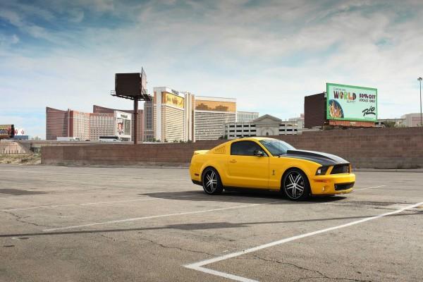 Mustang amarillo en un aparcamiento solitario