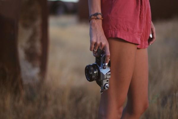 Mujer sujetando una cámara de fotos