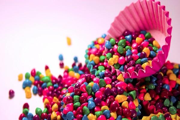 Pequeños y brillantes caramelos de colores