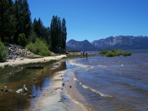 Postal: Personas caminando a orillas del lago Tahoe