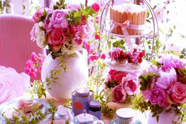 Mesa para tomar el té con bellas flores rosas