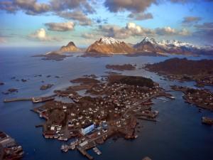Isla poblada junto a las montañas