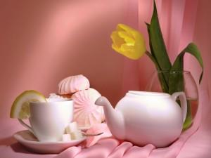 Postal: Té y dulces junto a un tulipán amarillo