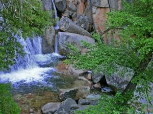 Cascada en un río rocoso