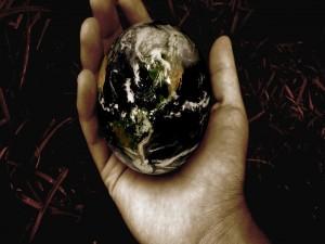 Postal: El planeta Tierra sobre una mano
