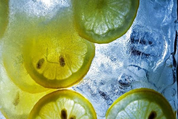 Rodajas de limón sumergidas en agua