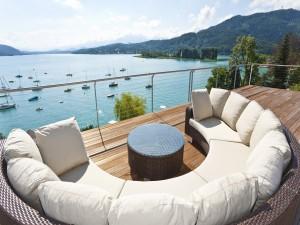 Relajante sofá en una terraza con vistas a un lago