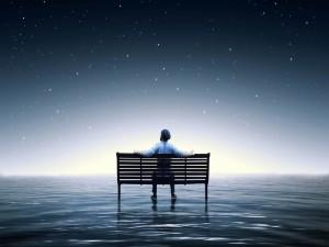 Un hombre contemplando las estrellas