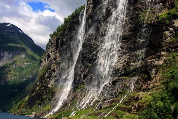 Cascadas en la ladera de una montaña