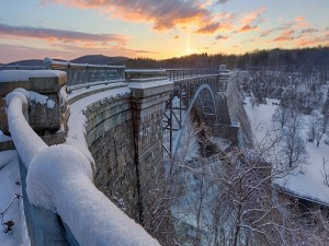 Gran puente nevado sobre un río