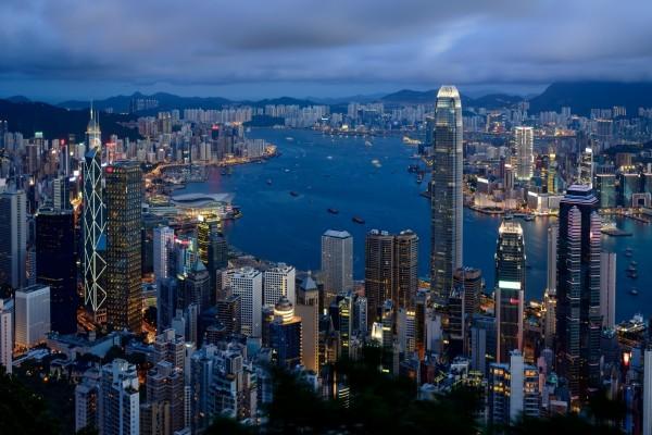 Caída de la noche en la ciudad de Hong Kong