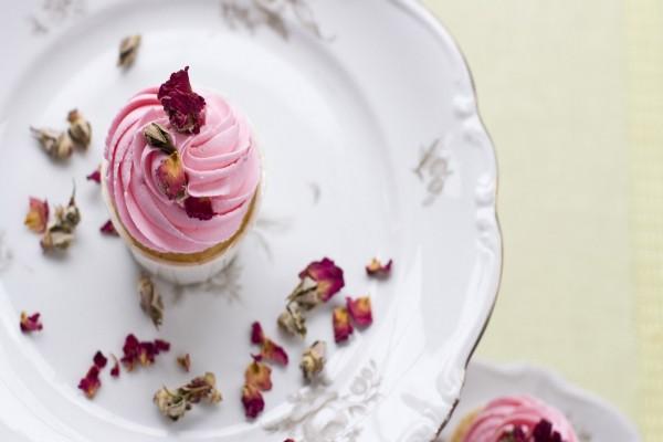 Cupcke con pétalos de rosa sobre un plato