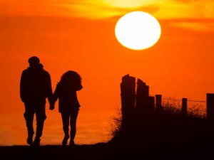 Silueta de una pareja caminando al atardecer