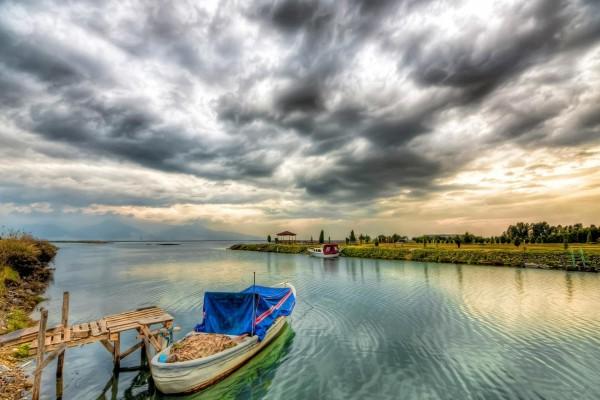 Barca anclada junto a un pequeño muelle