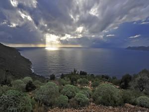 Postal: Magníficos rayos de sol a través de las nubes