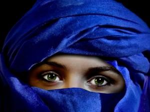 Postal: Mujer con un velo azul